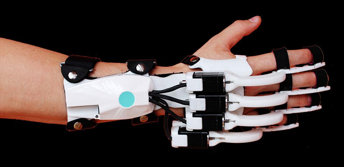 Jeder Finger wird durch eine individuell angepasste Mechanik an den Gelenkachsen bewegt. So entsteht nur da eine Krafteinwirkung auf den Finger, wo sie für den Therapieerfolg sinnvoll ist.