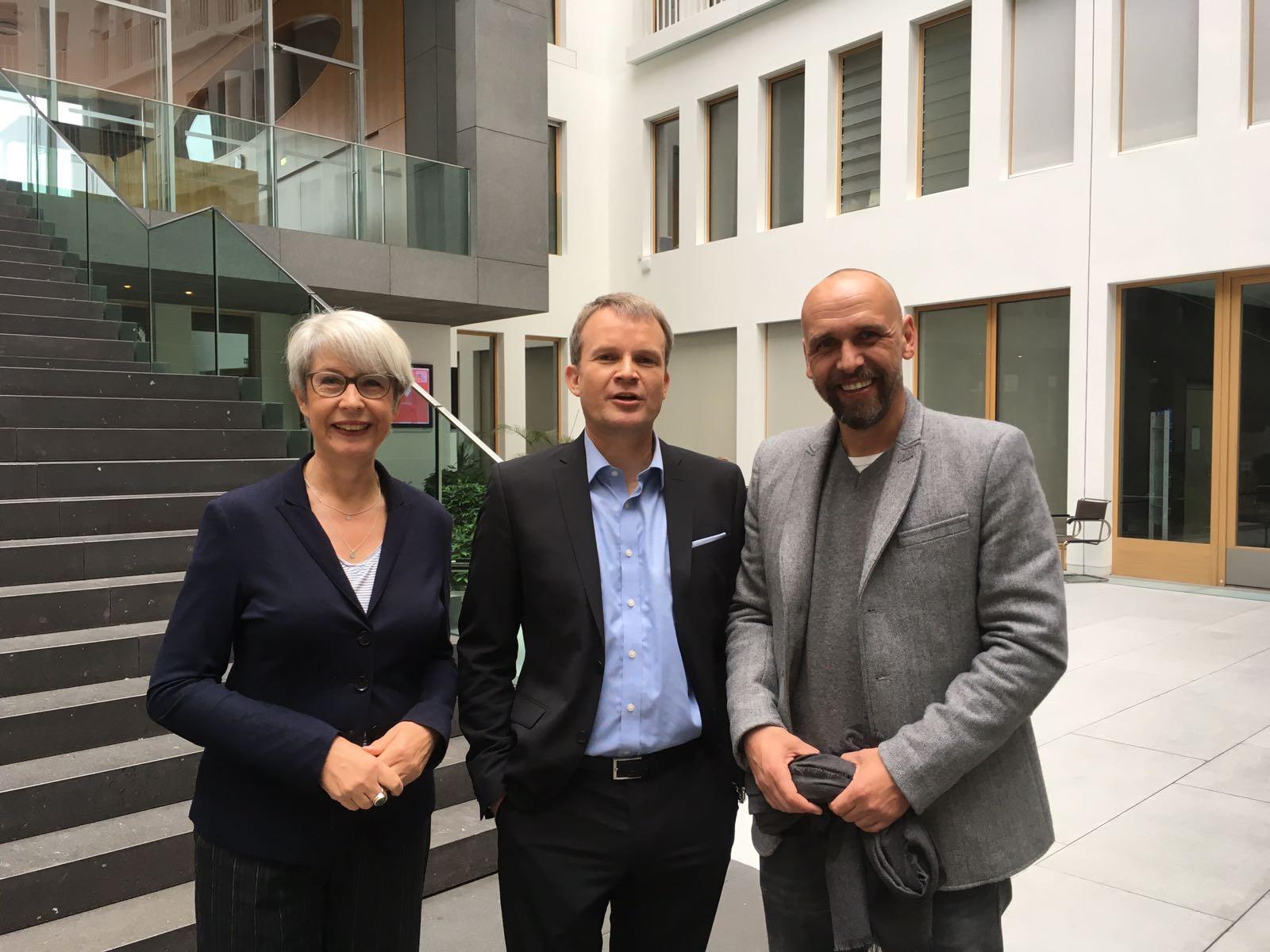 Hinter den Kulissen der Stressstudie: Gudrun Ahlers (links) mit TK-Chef Jens Baas sowie Ex-Fußballprofi und Unternehmer Holger Stanislawski.