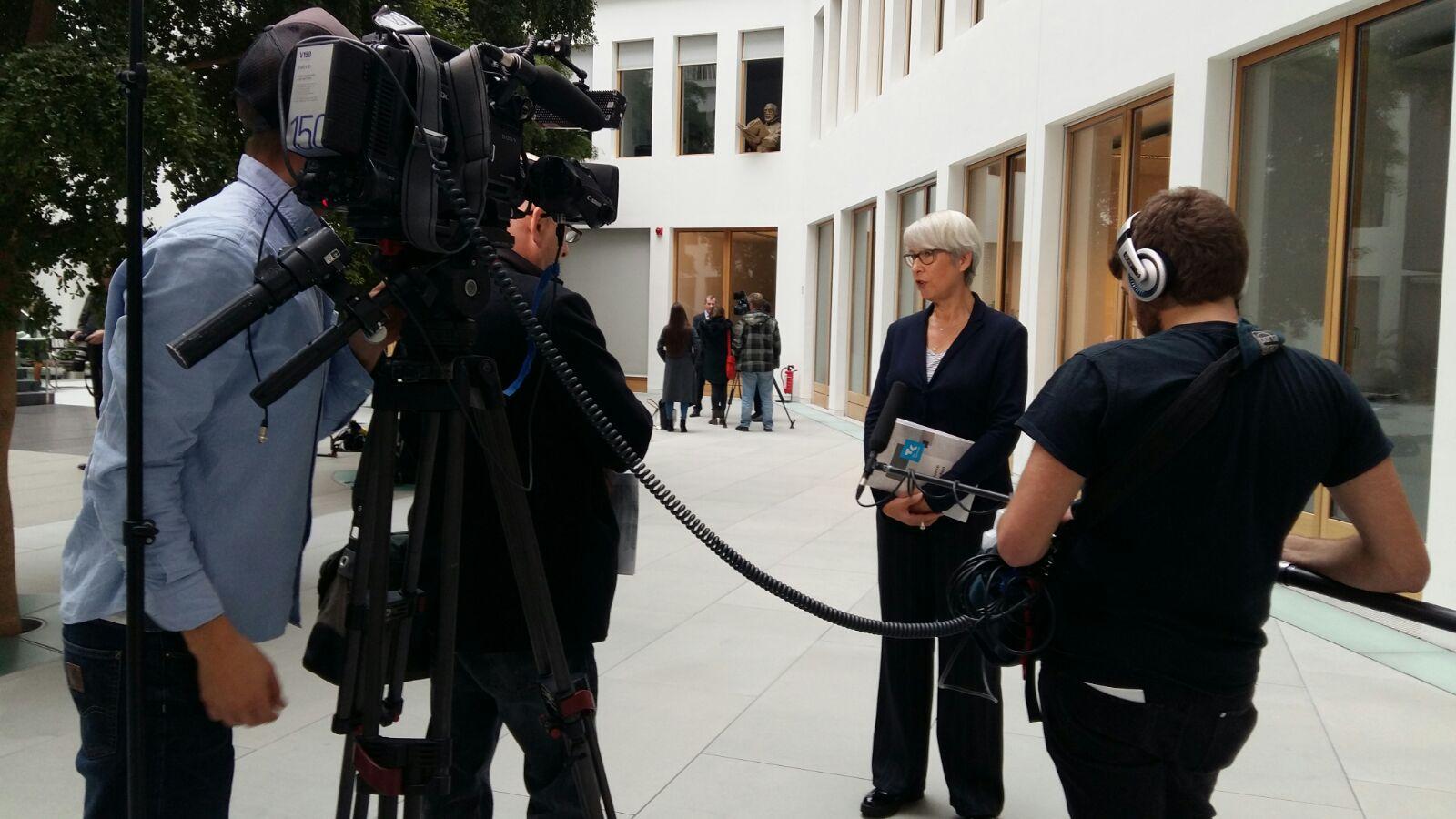 Gudrun Ahlers beim Interview auf der Pressekonferenz in Berlin.
