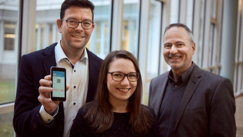 TKler hinter dem eRezept: Thomas Widmann und Kathrin Benart aus dem Team Arzneimitteldistribution mit Teamleiter Dr. Frank Verheyen (v.l.)