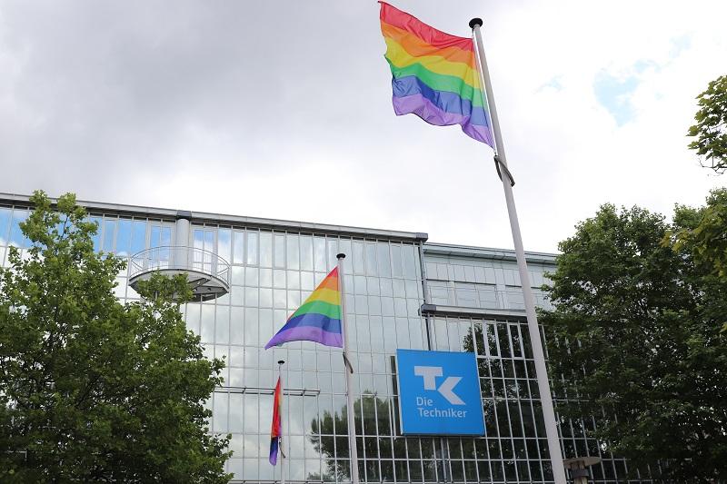 Während in Hamburg-Barmbek vor der TK-Zentrale gleich mehrere Flaggen gehisst wurden...