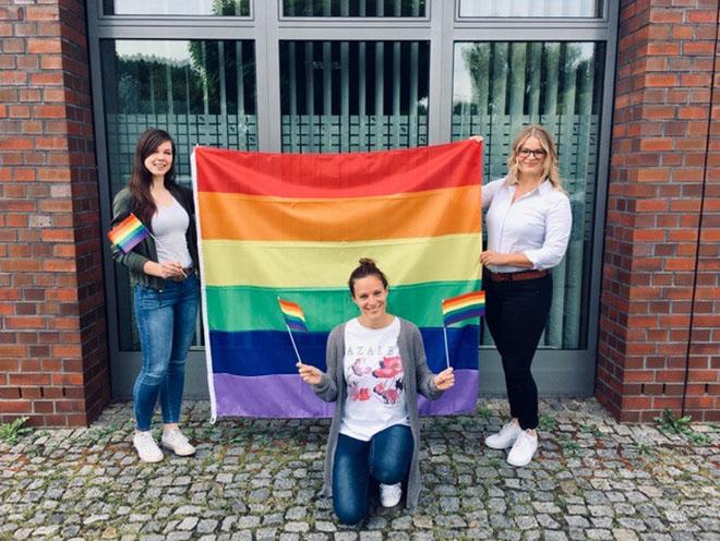 ...behelfen sich die Kolleginnen (von l.) Linda Kruck, Johanna Stumpf und Christin Wagemeyer in Hamburg-Harburg zusätzlich mit vielen kleinen Versionen.
