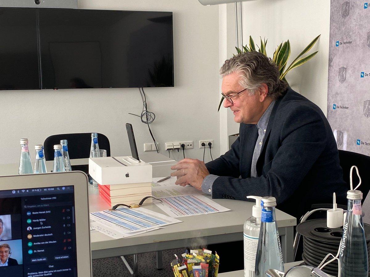 Und so sah es auf der anderen Seite des Bildschirms aus: Moderator Jürgen Zurheide hatte alle Diskussionen auch vom Schreibtisch aus im Griff.